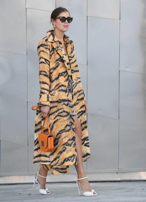 TREND: Denne jakken er kanskje ikke i fuskepels, men den var svært populær under årets moteuker i København! Foto. Scanpix