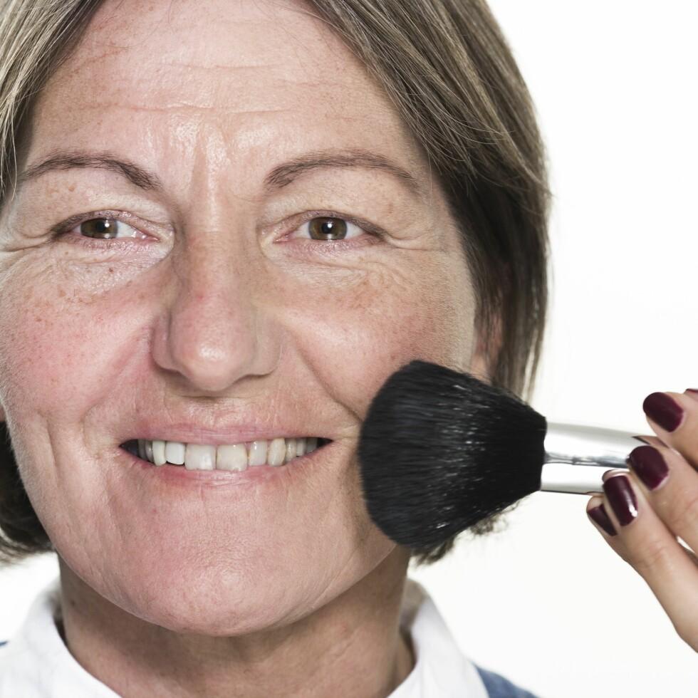 1. Demp rødhet i huden med et spesialpudder som legges før du påfører foundation. Jobb det inn med sirkelbevegelser så det smelter inn i huden. Stryk nedover, slik at de små dunhårene i ansiktet legger seg.