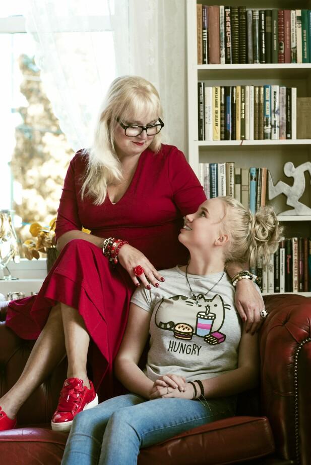 MOR OG DATTER: Elins mellomste datter på 17, Margrethe Elindatter Pedersen, er full av beundring over hvordan moren hennes handlet. FOTO: Astrid Waller