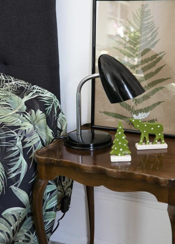 Det fine bildet er hjemmelaget, med et bregneblad. Det antikke nattbordet er kjøpt på Dba.dk, og lampen er fra Flying Tiger. FOTO: Lise Lotte Plenov