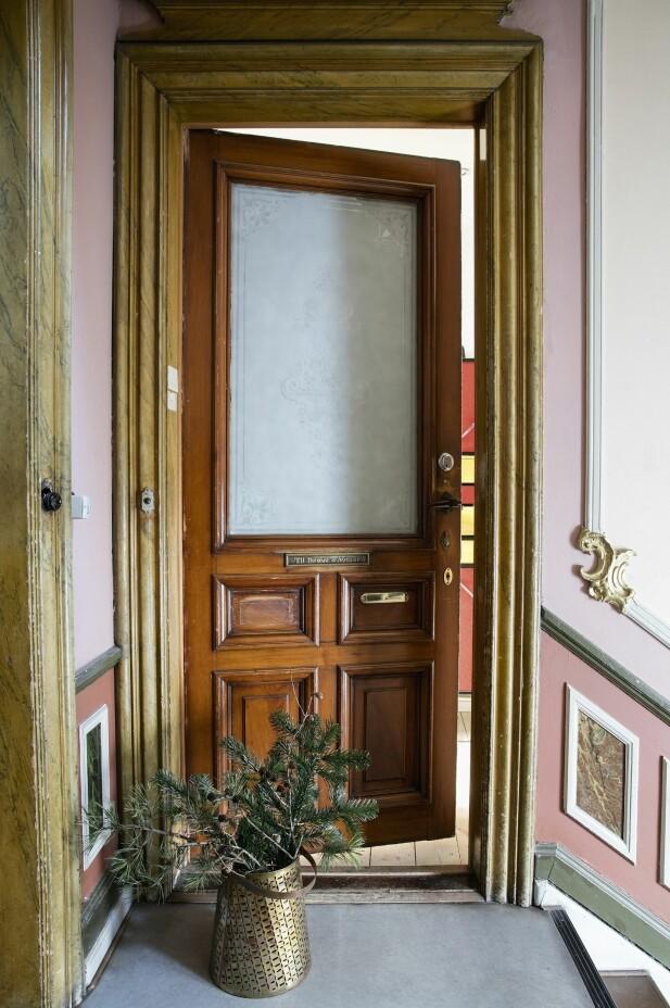 I den klassiske oppgangen er den gamle hoveddøren original, og stukkaturen og den fantastiske fargesammensetningen er beholdt. FOTO: Lise Lotte Plenov
