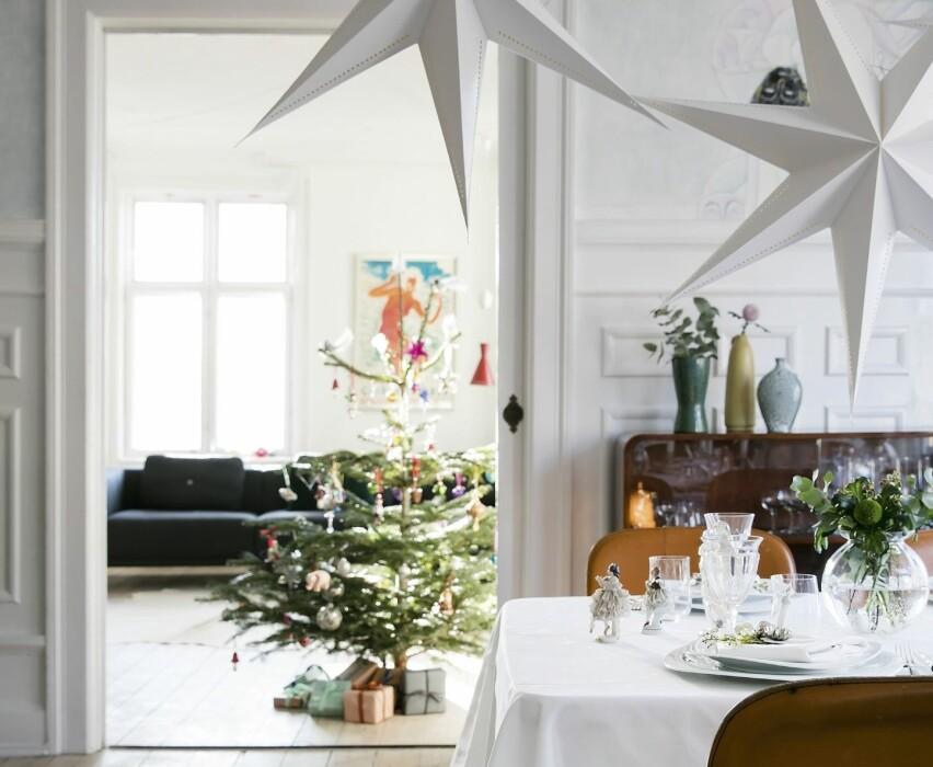 JULEPYNT: Ved bordenden står de gamle porselensdanserinnene til Fies farmor. Veggene er utsmykket av maleren Alexander Tovborg. FOTO: Lise Lotte Plenov