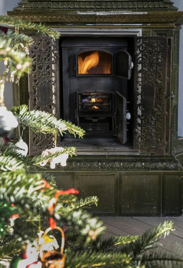 Den fine mosegrønne kaminen stammer fra da huset ble bygget. FOTO: Lise Lotte Plenov
