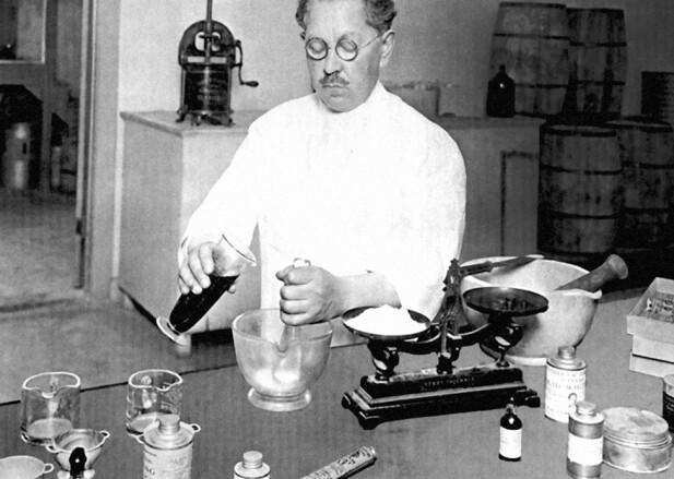 LAGER MAKEUP: Det kan se ut som om Max Factor (1872–1938) baker kake, men her er det makeup som røres sammen.