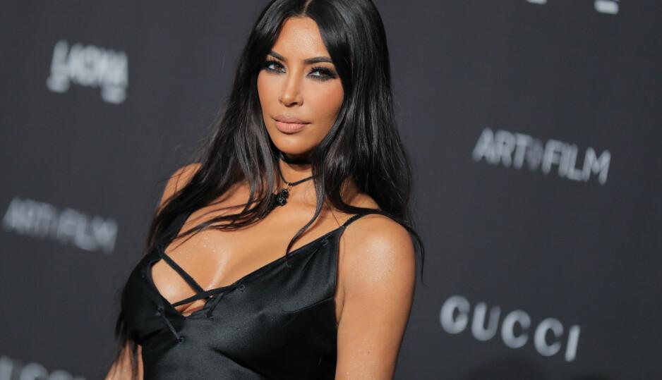 SEXY: Kim Kardashian er slett ikke sjenert, og den vakre brunetten poster stadig lettkledde bilder på sosiale medier. Dét faller ikke alltid i god jord hos ektemannen Kanye West. FOTO: Scanpix