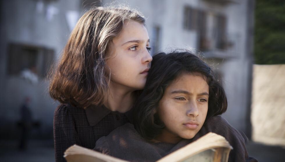 TO BRILJANTE VENNINNER: Elena (t.v) og Lila konkurrerer om å vere best i klasserommet. Ute i Napolis gater forsvarar dei kvarandre mot den brutale røynda. FOTO: HBO Nordic