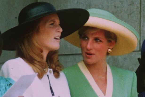 SAVNER SVIGERINNEN: Sarah Ferguson og avdøde prinsesse Diana hadde et helt spesielt vennskap. Her er de to fotografert på Buckingham Palace høsten 1990. FOTO: NTB Scanpix