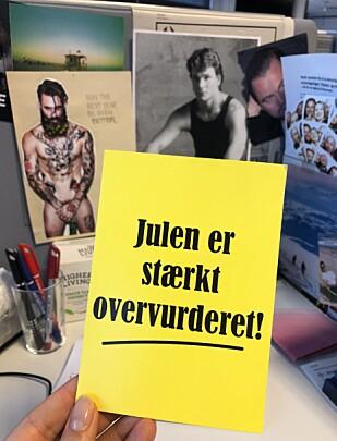 PÅMINNER PÅ ARBEIDSPULTEN: I København fant jeg en gang dette postkortet, som traff meg midt i hjerterota. Det er akkurat sånn jeg føler det! FOTO: KK