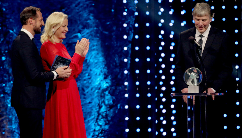 ÅRETS ILDSJEL: Det var ingen tvil om at kronprinsparet syntes det var stas å få dele ut prisen Årets ildsjel under idrettsgallaen i januar. Den gjeve tittelen gikk til Terje Våg fra Snåsa IL. FOTO: NTB Scanpix