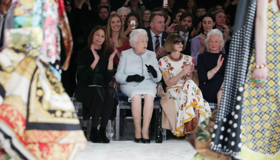 PÅ FRONT ROW: Dronning Elizabeth (92) kastet glans over London Fashion Week i februar. Ved sin side hadde hun Vogue-sjefredaktør Anna Wintour. FOTO: NTB Scanpix