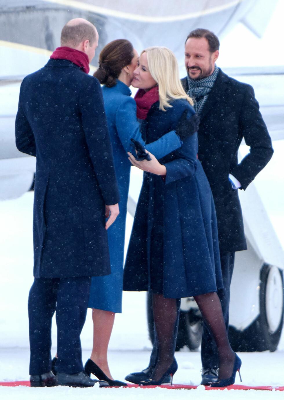 VELKOMST: Kronprinsparet tok imot hertuginne Kate og prins William da de ankom Gardermoen 1. februar. FOTO: NTB Scanpix