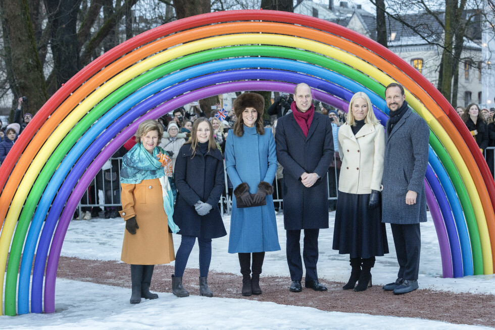 I SKULPTURPARKEN: Dronning Sonja og prinsesse Ingrid Alexandra guidet prins William og hertuginne Kate rundt i Ingrid Alexandras skulpturpark i Slottsparken. FOTO: NTB Scanpix