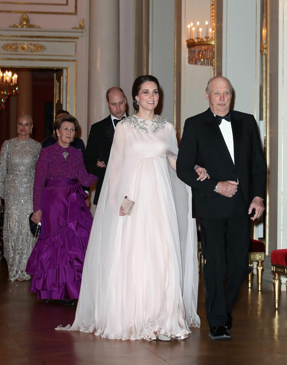 GALLA PÅ SLOTTET: Her ankommer hertuginne Kate gallaen på Slottet arm i arm med kong Harald. FOTO: NTB Scanpix