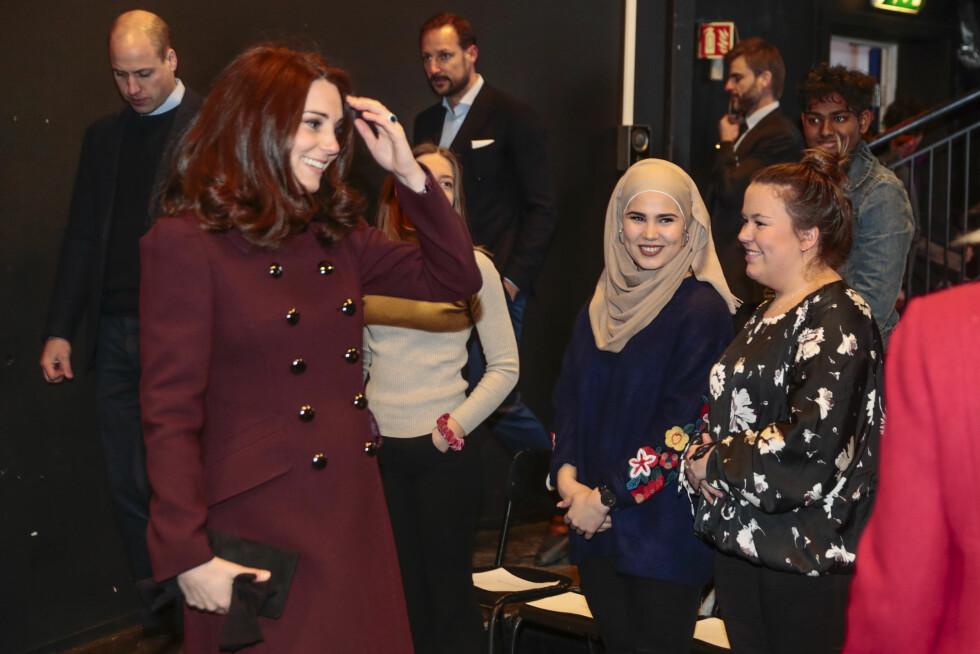 NÆRMØTE: Her hilser hertuginne Kate på SKAM-skuespillerne Iman Meskini og Ina Svenningdal under besøket på Hartvig Nissen videregående skole. FOTO: NTB Scanpix