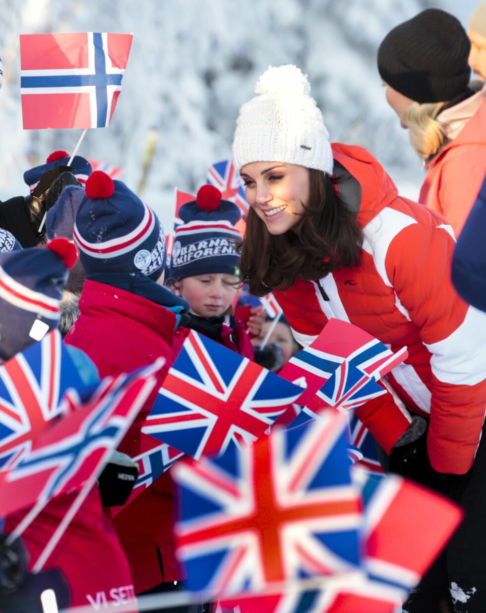 FANTASTISK VINTERDAG: Det var strålende forhold da hetruginne Kate og prins William møtte barna ved friluftsbarnehagen på Øvresetertjern ved Tryvann 2. februar. FOTO: NTB Scanpix
