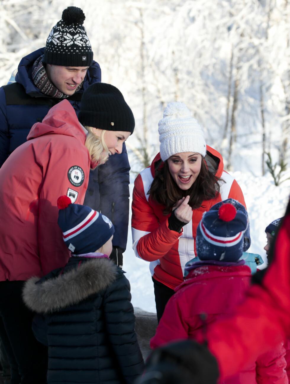VARME: Hertuginne Kate og kronprinsesse Mette-Marit møtte barna ved friluftsbarnehagen ved Øvresetertjern ved Tryvann. FOTO: NTB Scanpix