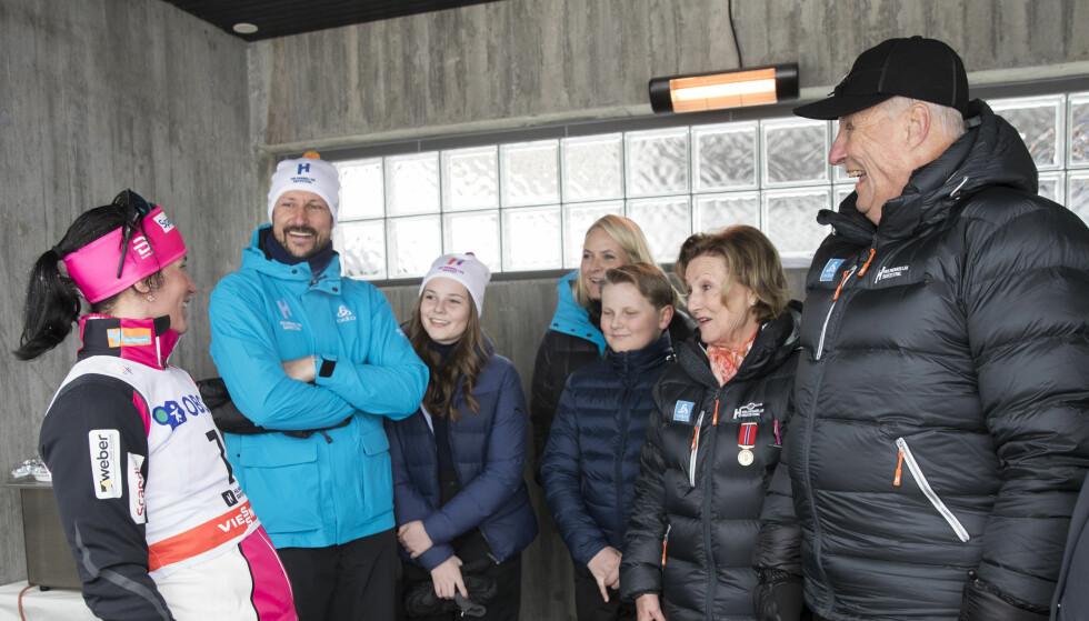 GOD STEMNING I KOLLEN: Hele kongefamilien hyllet ski-dronningen Marit Bjørgen etter at hun vant gull på tremila i mar. FOTO: NTB Scanpix
