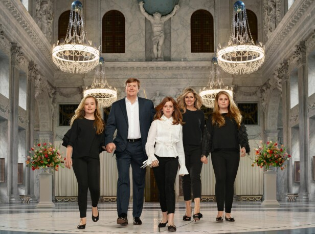 NYTT FAMILIEFOTO: I april slapp det nederlandske kongehuset et nytt familiefotografi av kongefamilien. Bildet er tatt på slottet i Amsterdam. Kong Willem-Alexander og dronning Maxima med døtrene kronprinsesse Amalia (14), prinsesse Alexia (12) og prinsesse Ariane (11). FOTO: NTB Scanpix / Erwin Olaf