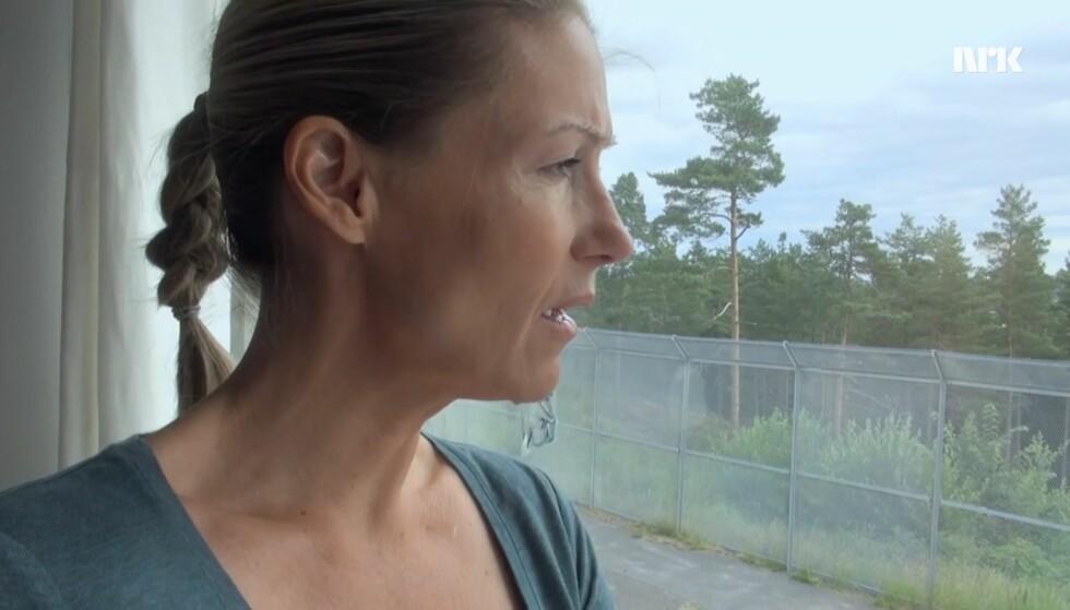 PIGGTRÅDGJERDE: På den andre siden av fengselsgjerdet finnes det grønn skog og idylliske omgivelser. Det får fangene i Ravneberget kvinnefengsel ikke nyte godt av. FOTO: NRK