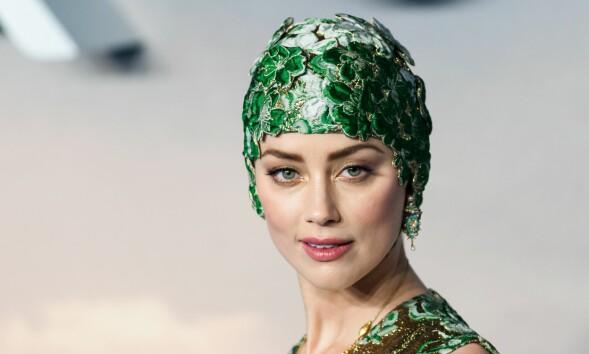 SLÅENDE VAKKER: Amber Heard er av typen som kan få alt til å se bra ut – til og med en badehette, viser det seg. FOTO: NTB Scanpix
