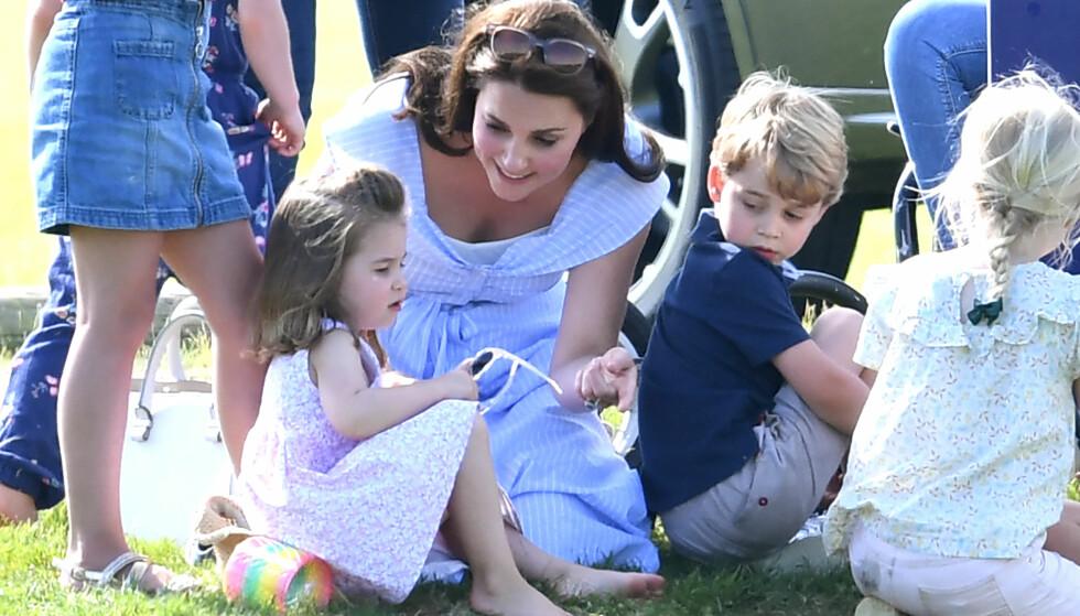 MORSKJÆRLIGHET: Hertuginne Kate tok med barna prins George og prinsesse Charlotte på polo-kamp for å se pappa prins William på banen. De hygget seg sammen med de andre familiene på sidelinjen. FOTO: NTB Scanpix