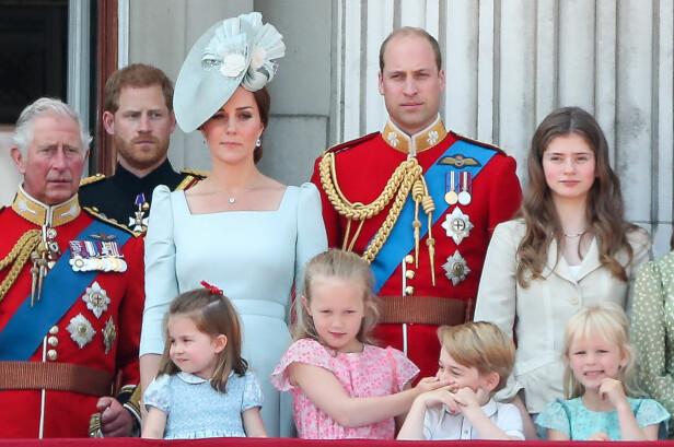 ABLEGØYER PÅ SLOTTSBALKONGEN: Savannah Philips, prins George og prinsesse Charlotte viste hele verden at de er blitt svært gode venner - og som barn flest lagde de ablegøyer sammen. FOTO: NTB Scanpix