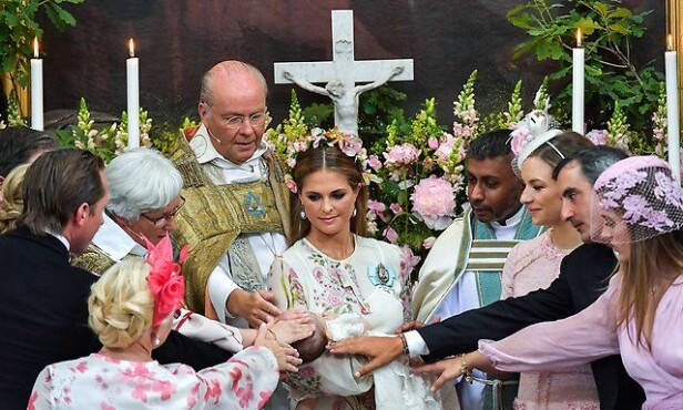 MED FADDERNE: Prinsesse Adrienne omringet av fadderne sine under dåpen i Drottningholm slottskyrka den 8. juni. FOTO: Janerik Henriksson /Kungahuset.se