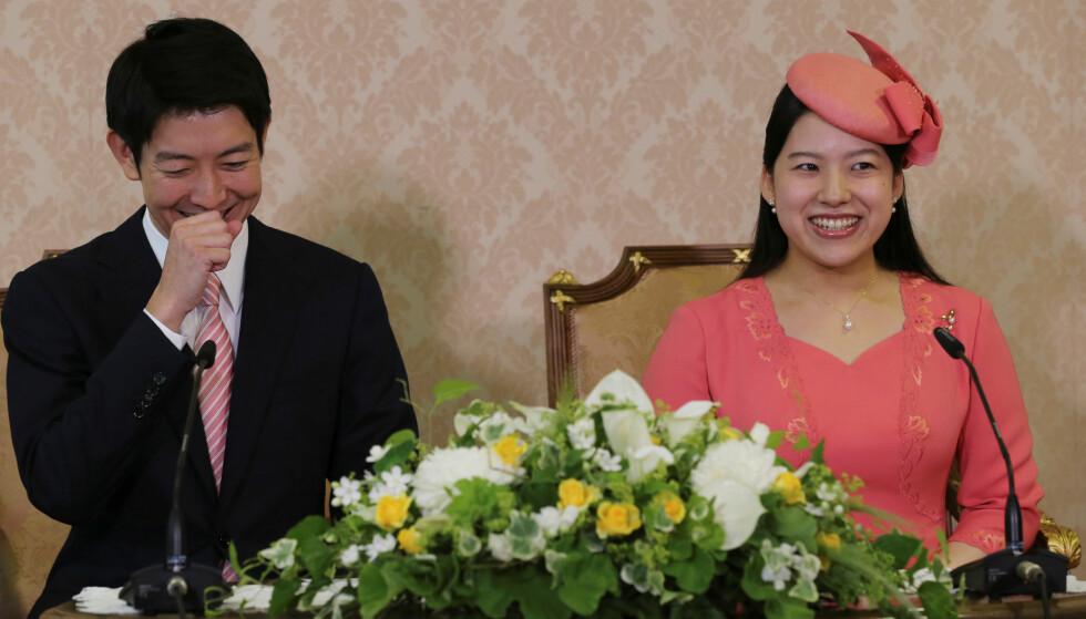 VALGTE KJÆRLIGHETEN: Under pressekonferansen som ble avholdt i Tokyo 2. juli, ble det kunngjort at prinsesse Ayako hadde forlovet seg med forretningsmannen Kei Moriya. Ettersom han er en mann av folket måtte hun frasi seg sin royale tittel - men det så ikke ut til at Ayako hadde noe imot dét. FOTO: NTB Scanpix