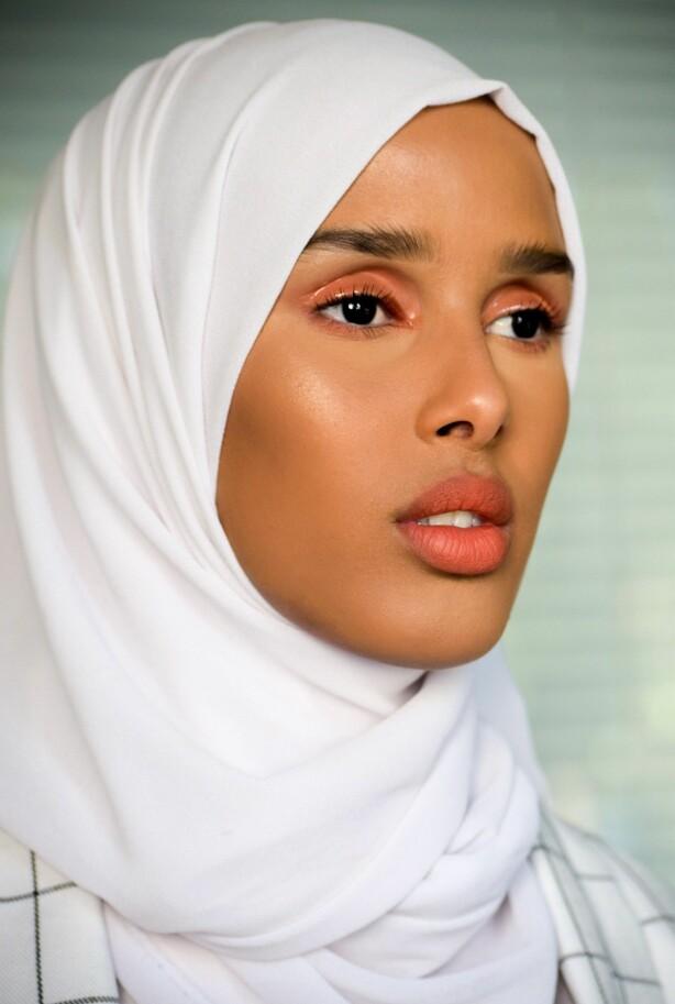 GLOSSY ØYELOKK: Legg merke til hvordan Rawdah har sminket øynene sine. Foto: Privat