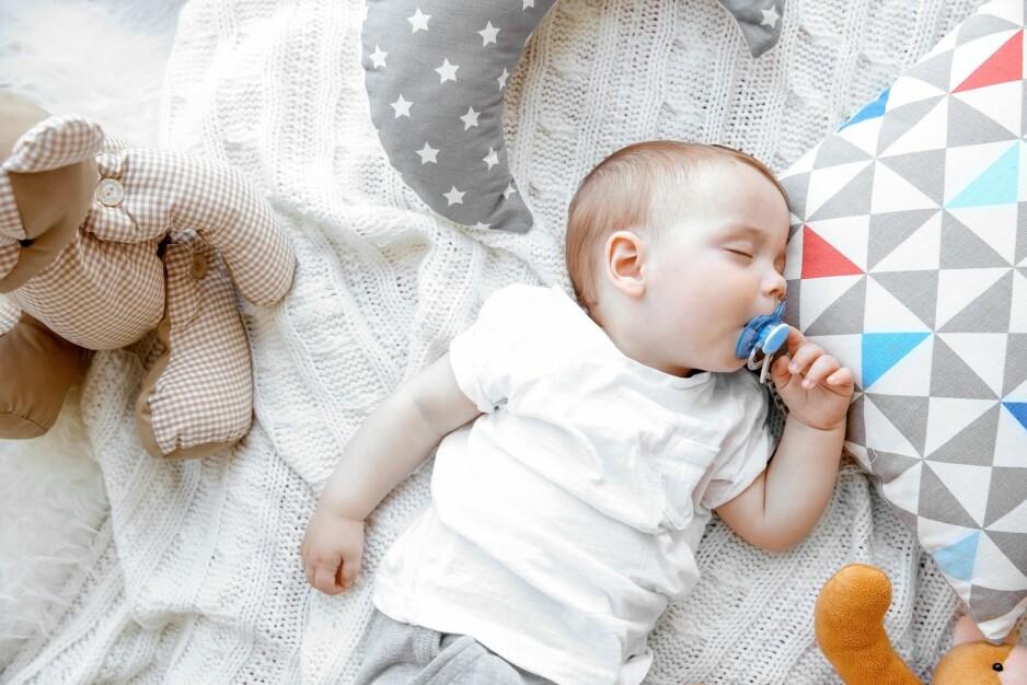 RENGJØRING AV SMOKK: Tidligere advarte man mot at foreldre rengjorde smokken i egen munn, men nå viser en ny studie at det kanskje har noen fordeler. FOTO: NTB Scanpix