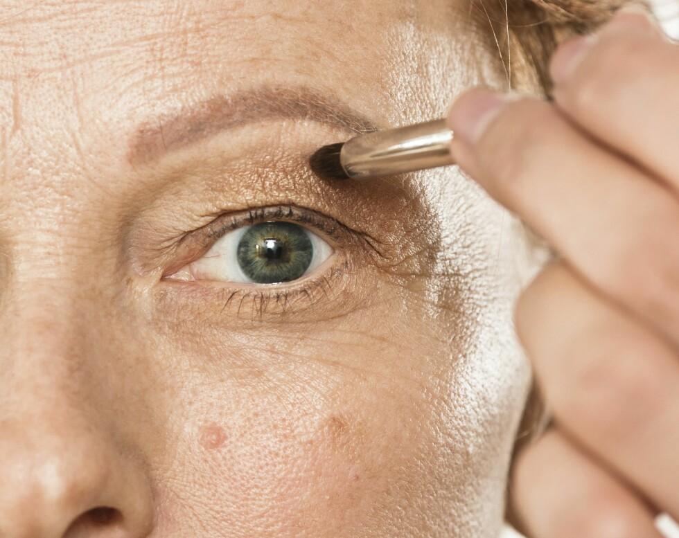 1. Er du redd for at øyelokkene dine skal virke tyngre med øyeskygge? Start ved å se rett fram i speilet, og lag et merke der tyngdepunktet på lokket er. Her kan du jukse litt for å lage en globallinje for å ramme inn øynene.