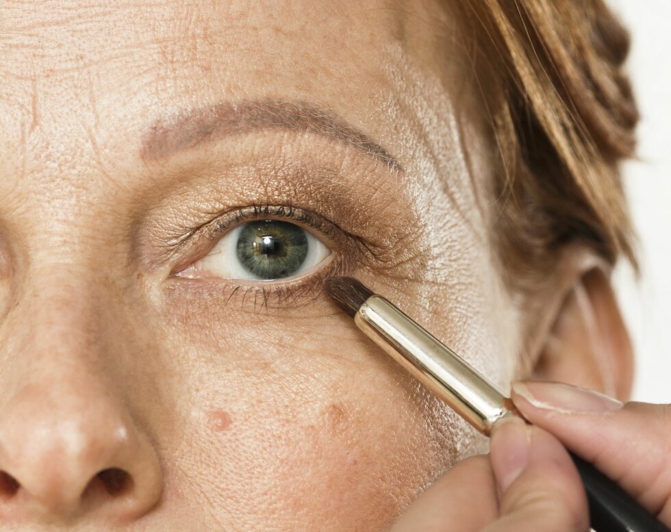 2. Marker vippekanten med øyeskygge i stedet for å bruke eyeliner. Dette gjør sminken mykere og skaper en fin helhet, fordi du henter opp fargen iøyeskyggen du har valgt på selve lokket.