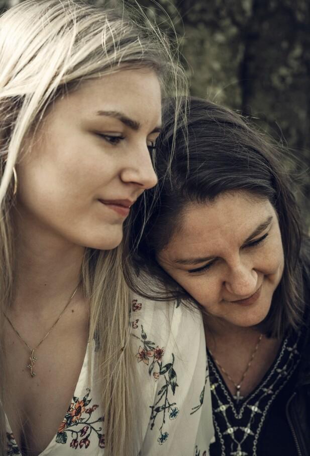 DATTER TIL EN KVINNE I SORG: – Jeg gikk fra å ha en mor til å bli datteren til en kvinne i sorg, sier Sara Bjerre Sørensen (20) om det som skjedde da hun mistet sin mormor og da moren, Heidi Bjerre Olsen (47), mistet sin mor. FOTO: Runolfur Gudbjørnsson
