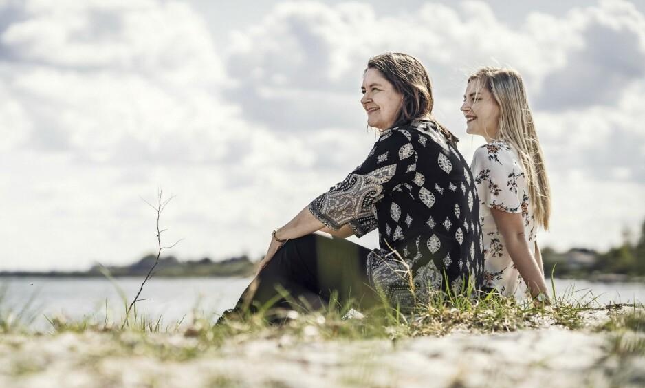 VANSKELIG: – Det var vanskelig for meg å akseptere at jeg måtte trøste deg, sier Sara til moren Heidi. Sammen har de nå skrevet boken «Snefnug i mørket» om det å håndtere sorg i en familie. FOTO: Runolfur Gudbjørnsson