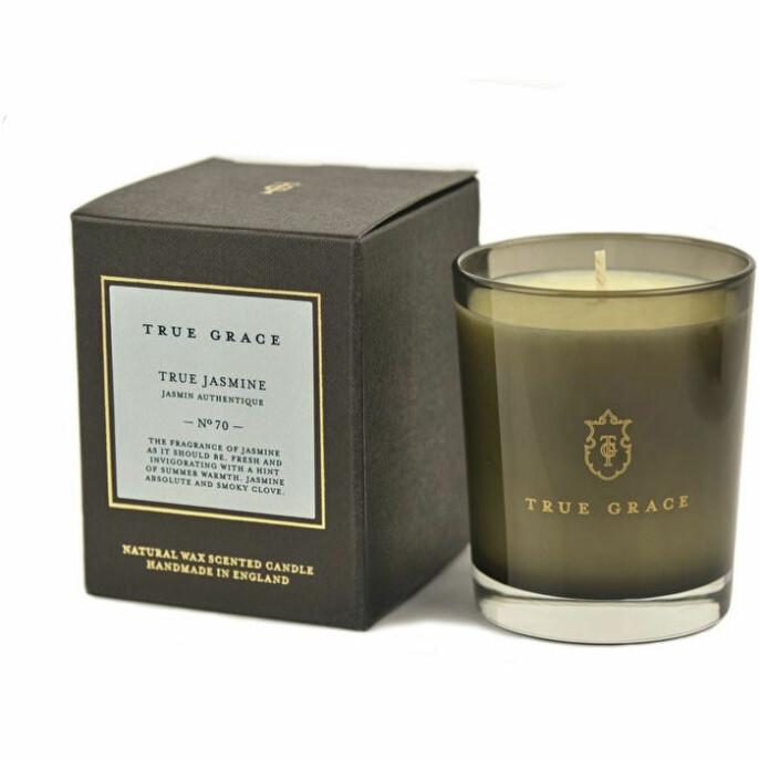 «True Jasmin» dufter akkurat slik en jasminduft skal dufte – og brenner i 40 timer (kr 375, True Grace).