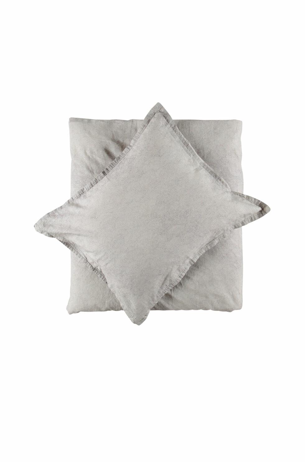 Sengesett i lin og bomull blir bare finere og finere jo mer det vaskes (kr 700, Gripsholm).