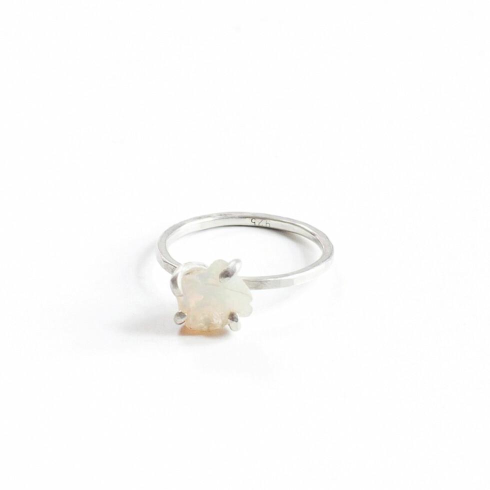 Ringen «Opal» av rå krystall (kr 975, Morcrystals).