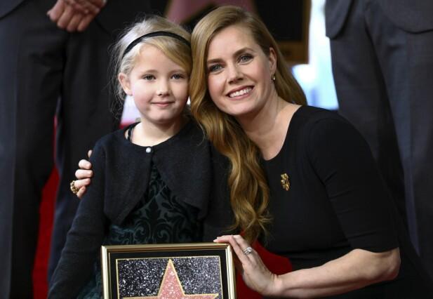 DATTEREN: Amy sammen med datter Aviana da Amy i fjor fikk sin egen stjerne på Hollywood Walk of Fame. FOTO: NTB Scanpix
