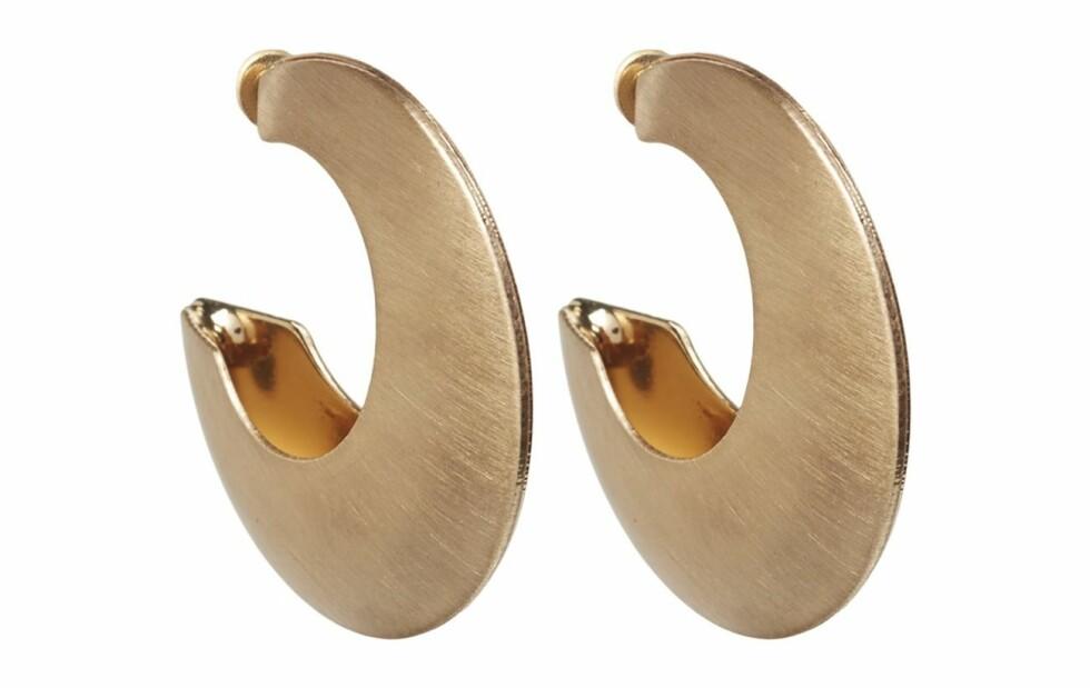 Øredobber fra Mango  99,-  https://www.boozt.com/no/no/mango/metallic-hoop-earrings_19087894/19087895?navId=67705&group=listing&position=1400000