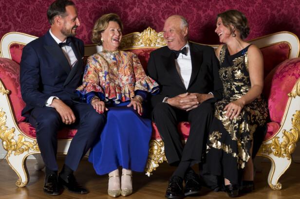 HERLIG FAMILIEBILDE: I anledning gullbryllupet stilte jubilantene dronning Sonja og kong Harald opp på foto i Bernadottesalongen på Slottet sammen med barna kronprins Haakon og prinsesse Märtha Louise. For en fin gjeng! FOTO: NTB Scanpix