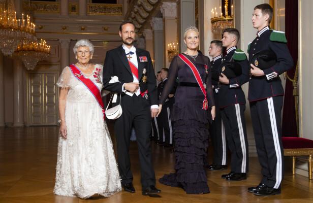 PÅ JOBB ETTER SYKDOMSNYHET: Dagen etter at nyheten om kronprinsessens kroniske lungesykdom ble kjent, var hun på plass på kongeparets middag for stortingsrepresentantene på slottet. Her med ektemannen kronprins Haakon og hans tante prinsesse Astrid, fru Ferner. FOTO: Håkon Mosvold Larsen / NTB scanpix