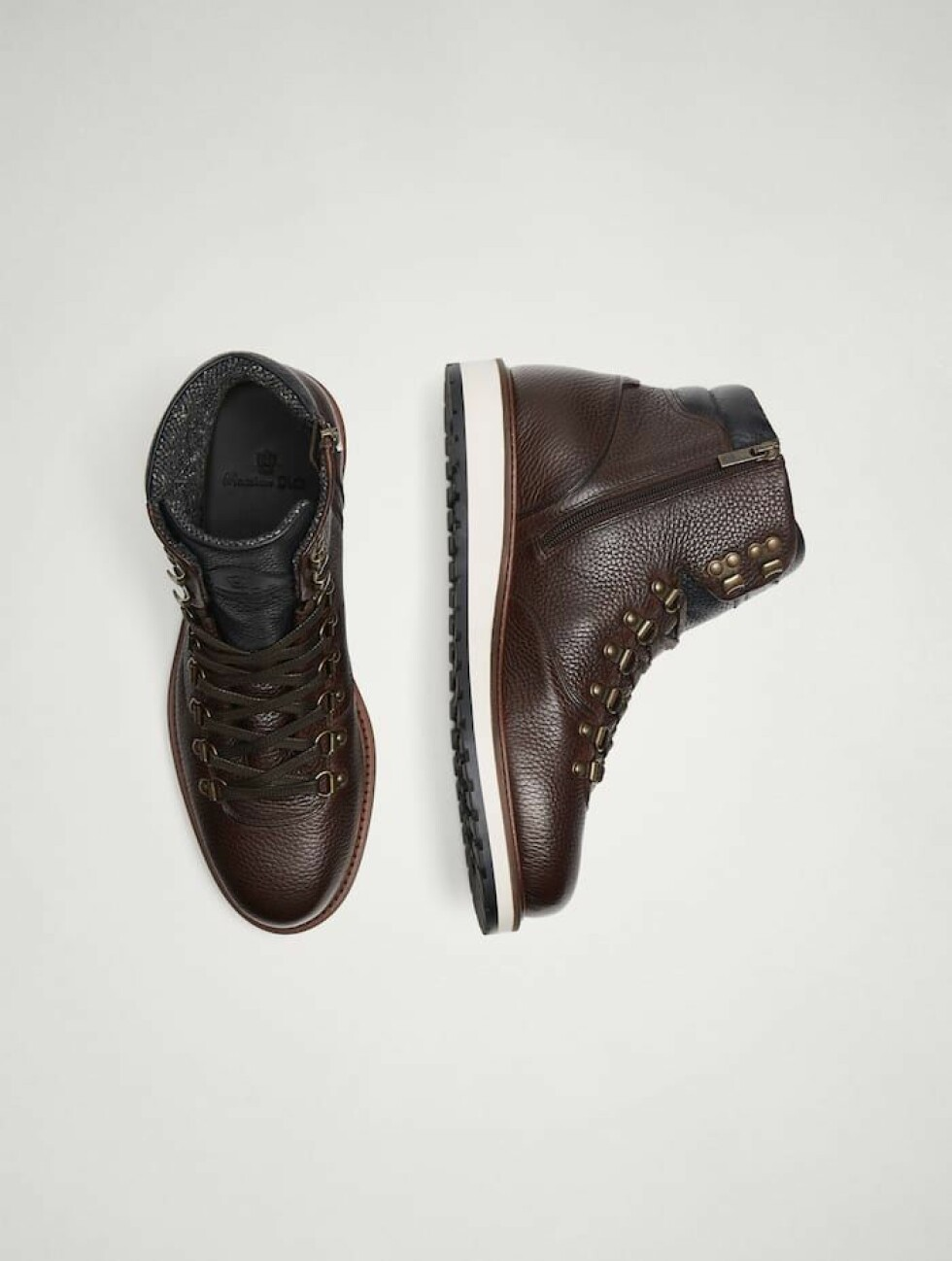 Sko fra Massimo Dutti |1700,-| https://www.massimodutti.com/no/men/collection/new-in/brown-leather-boots-with-hooks-c1607006p8450045.html?colorId=700