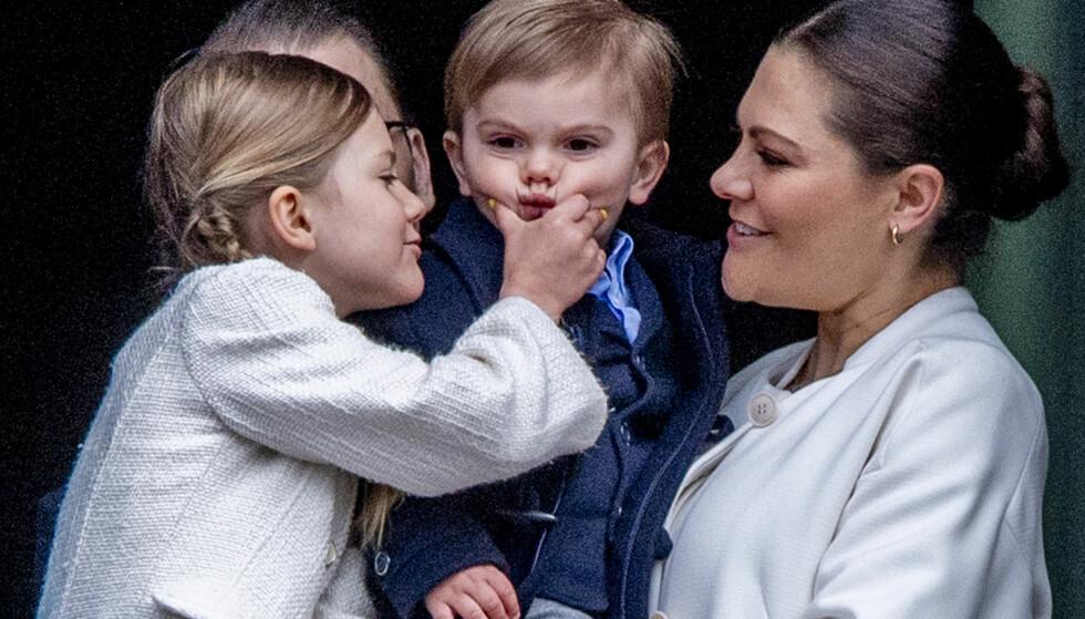 SØSKENKJÆRLIGHET: Storesøster prinsesse Estelle tok et vennlig klypetak i lillebror prins Oscars kinn på slottsbalkongen i Stockholm i april. De feiret kongens fødselsdag med resten av det svenske folket. FOTO: NTB Scanpix