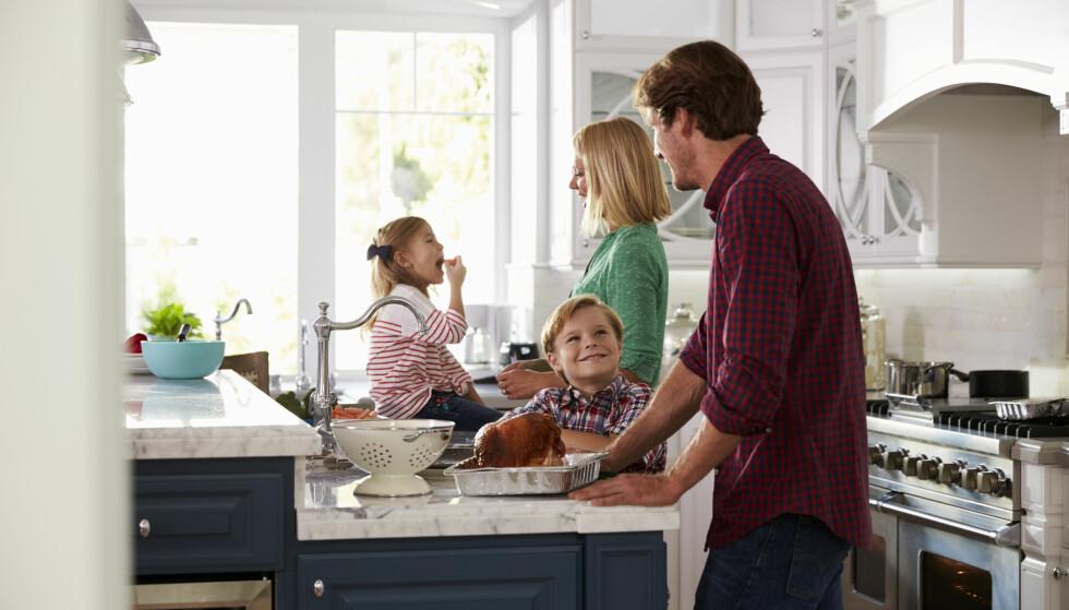 SAMME MAT TIL HELE FAMILIEN: - Det er ingen grunn til å lage forskjellig mat til seg selv og til familien. De offisielle anbefalingene er det kostholdet som er anbefalt både store og små, og som også fungerer når du skal ned i vekt, sier eksperten. FOTO: NTB Scanpix