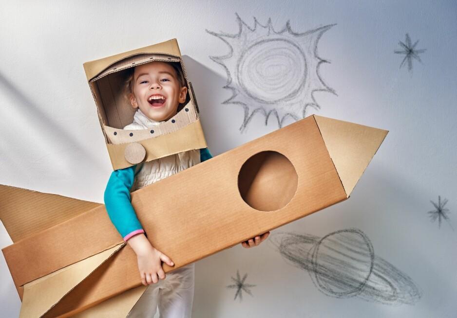 KREATIVE BARN: Det er lett å ty til skjermer når barna kjeder seg - slik kan du oppmuntre til lek og kreativitet utenom skjermen. FOTO: NTB Scanpix