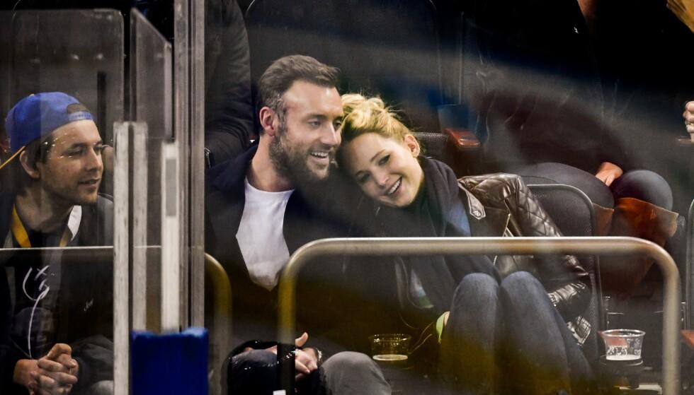 FORELSKET: Jennifer Lawrence og Cooke Maroney viste frem kjærligheten da de koste seg på ishockey-kamp nylig. FOTO: Scanpix