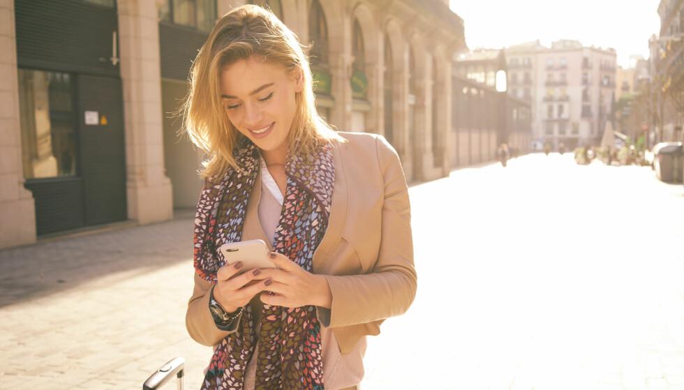 DÅRLIG FOR NAKKEN: Å støtt og stadig ha hodet lent over mobilen er ikke bra for nakken, men det viktigste for å motvirke plager er aktivitet. FOTO: NTB Scanpix