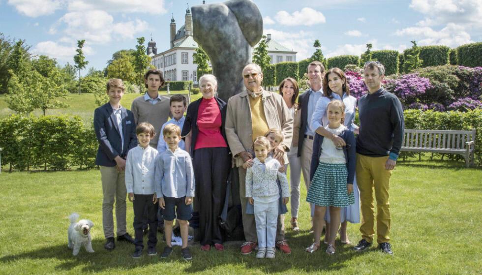 GULLBRYLLUP: Sommeren 2017 kunne dronning Margrethe og prins Henrik feire gullbryllup etter 50 års ekteskap. Feiringen ble holdt på Fredensborg slott med barn, svigerbarn og barnebarn. Det er også her urnen ligger nedsenket i hagen. FOTO: Kongehuset.dk