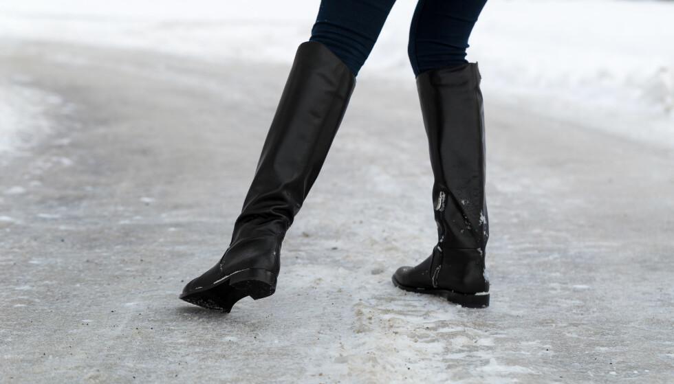 FALLE PÅ ISEN: Noen dager i vintermånedene er det absolutt tryggest å holde seg inne. FOTO: NTB Scanpix