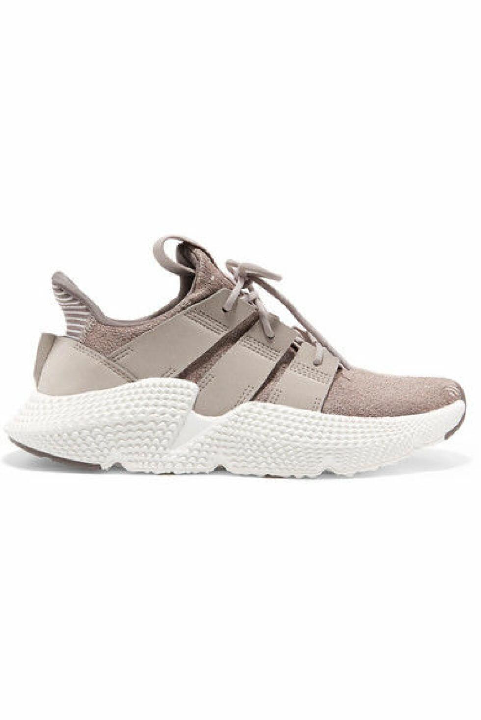Sko fra Adidas |1015,-|https://www.net-a-porter.com/no/en/product/1050793/adidas_originals/prophere-stretch-knit-sneakers